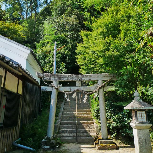 縁結びの宮垣神社の社頭