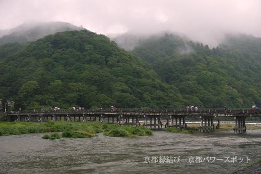 雨の嵐山渡月橋